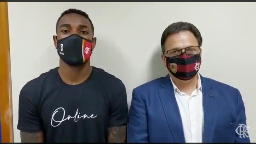 Gerson, do Flamengo, se pronuncia ao lado de Rodrigo Dunshee, vice Geral e Jur´´i - Reprodução / Twitter do Flamengo