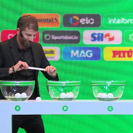 Pedrinho derruba papel com o nome do Vasco da Gama durante sorteio da Copa do Brasil - Transmissão CBF TV