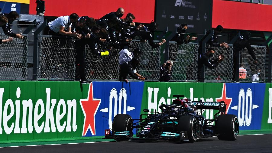 Integrantes da equipe Mercedes vibram com a 97ª vitória de Hamilton na F-1, no GP de Portugal, 3ª etapa do Mundial - Clive Mason/Getty Images