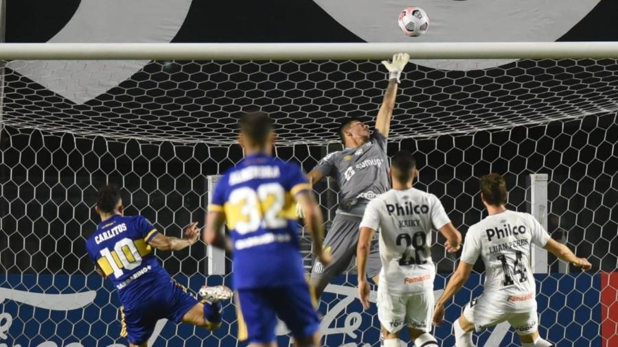 João Paulo faz bonita defesa pelo Santos contra o Boca Juniors - Ivan Storti