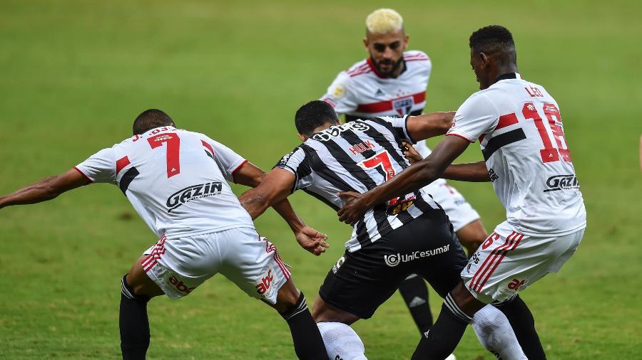 """Hulk sofreu o famoso """"rodízio"""" de faltas na partida contra o São Paulo, válida pela terceira rodada do Brasileirão - Agência I7/Mineirão"""