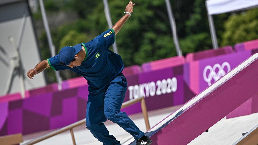 O brasileiro Kelvin Hoefler faz sua manobra no skate nas Olimpíadas de Tóquio - JEFF PACHOUD/AFP