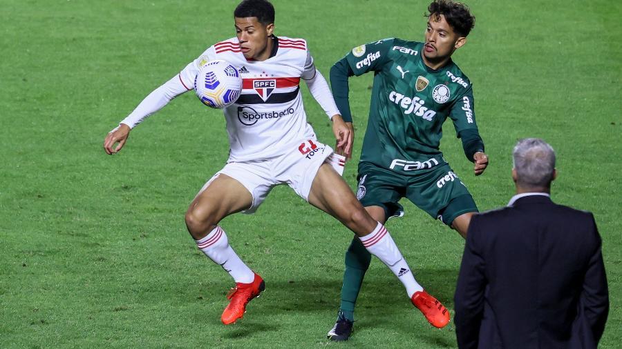 Gabriel Sara domina a bola aos olhos de Hernán Crespo e Gustavo Scarpa no clássico São Paulo x Palmeiras - MARCELLO ZAMBRANA/AGIF - AGÊNCIA DE FOTOGRAFIA/ESTADÃO CONTEÚDO