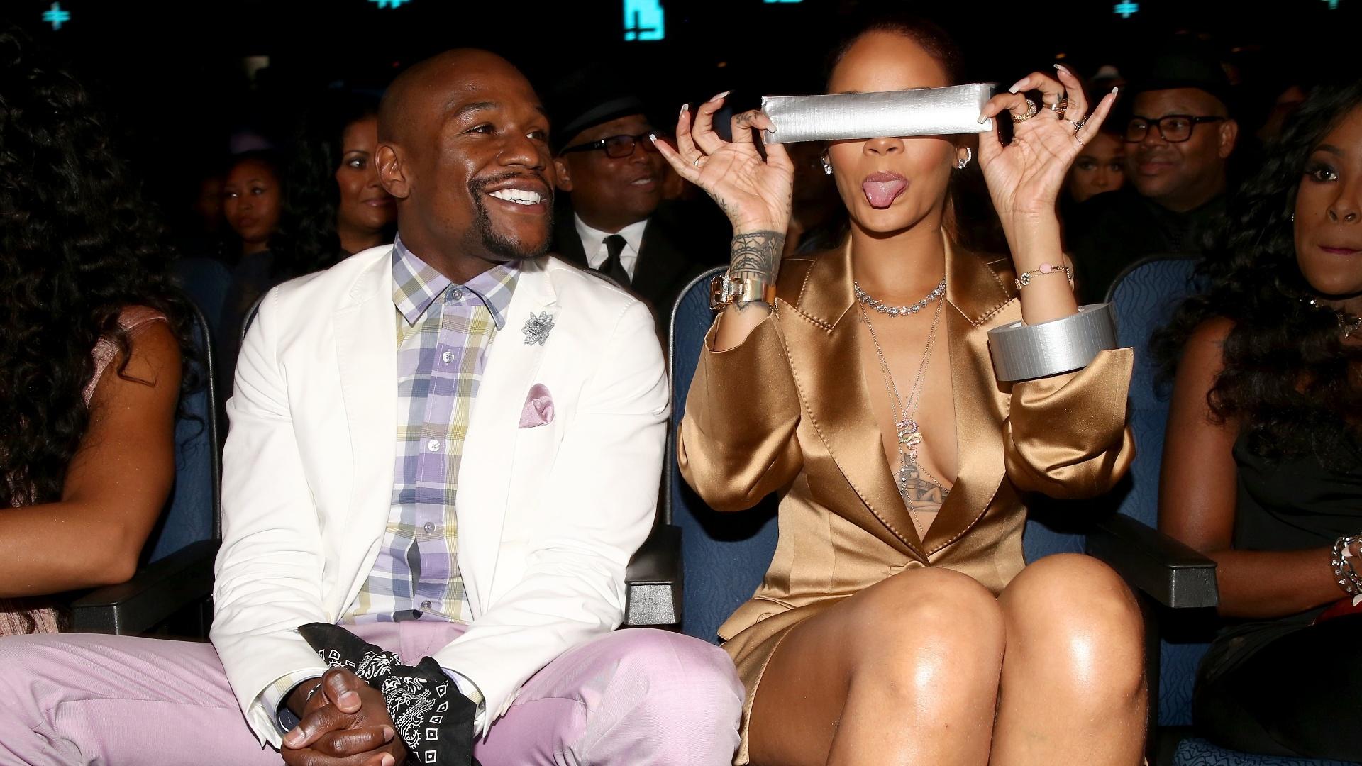 Rihanna brinca após