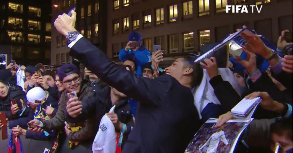 Cristiano Ronaldo faz selfie com torcedores na chegada para a entrega da Bola de Ouro