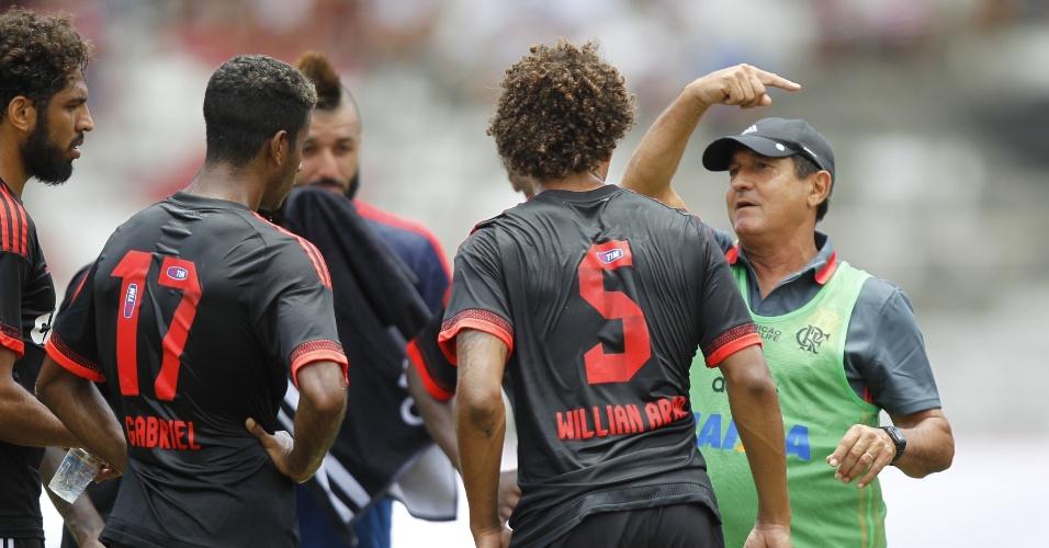 Técnico Muricy Ramalhjo orienta os jogadores do Flamengo durante amistoso contra o Santa Cruz