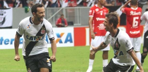 Nenê comemora seu gol de pênalti contra o Vila Nova junto com o volante Diguinho