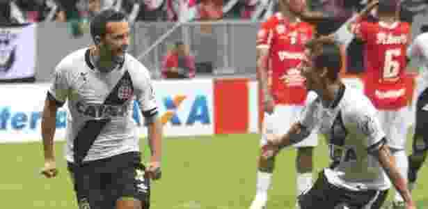 Nenê comemora seu gol de pênalti contra o Vila Nova junto com o volante Diguinho - Carlos Gregório Júnior / Site oficial do Vasco