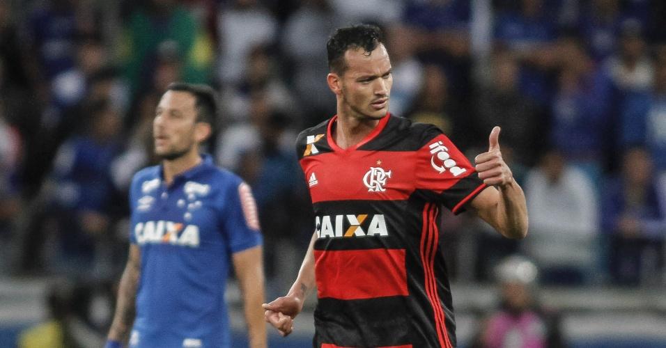 Rever festeja gol do Flamengo contra o Cruzeiro