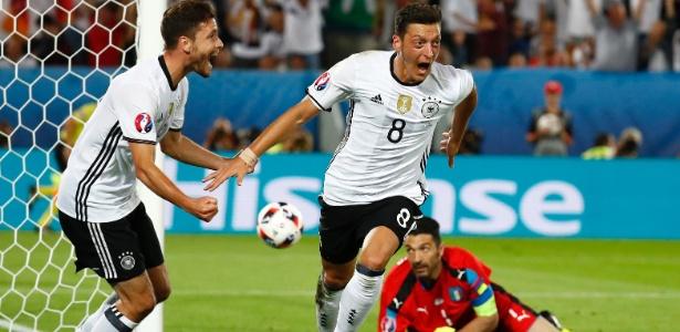 Ozil comemora após marcar para a Alemanha contra a Itália na Eurocopa - Kai Pfaffenbach/Reuters