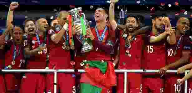 Cristiano Ronaldo com a taça de campeão da Euro 2016 com Portugal - Matthias Hangst/Getty Images