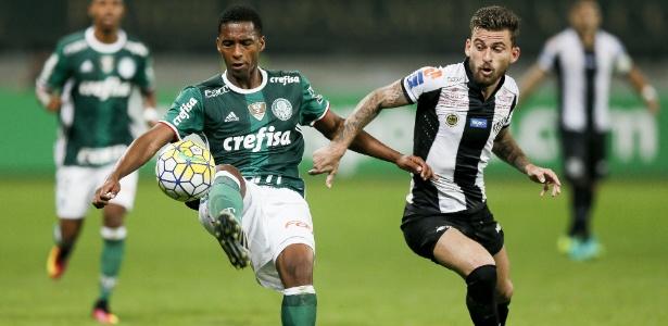 Matheus Sales domina a bola com marcação de Lucas Lima, durante a partida entre Palmeiras e Santos