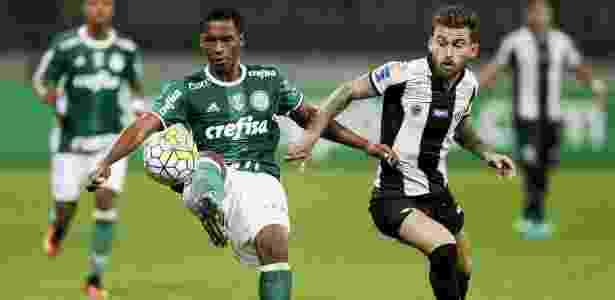 Matheus Sales domina a bola com marcação de Lucas Lima, durante Palmeiras x Santos - Rubens Cavallari/Folhapress