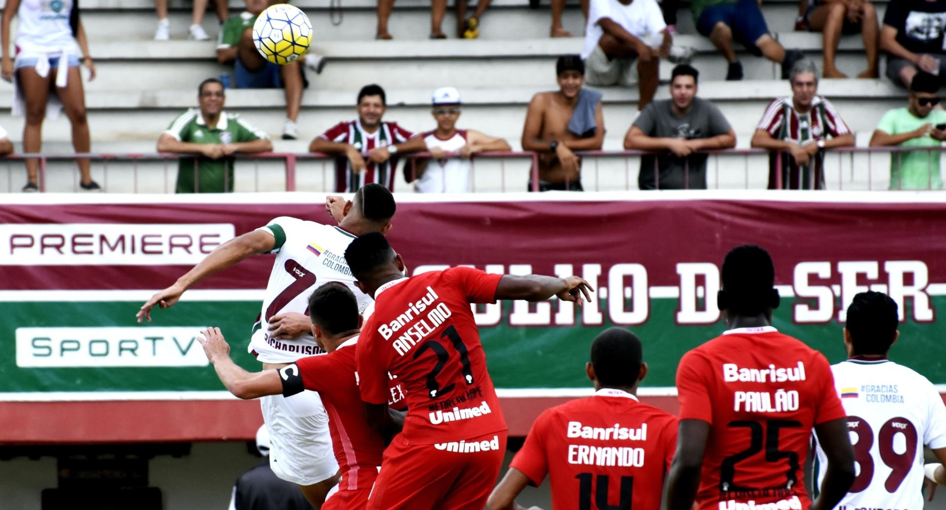 Mesmo marcado, Richarlison tenta cabeçada na partida Fluminense x Internacional