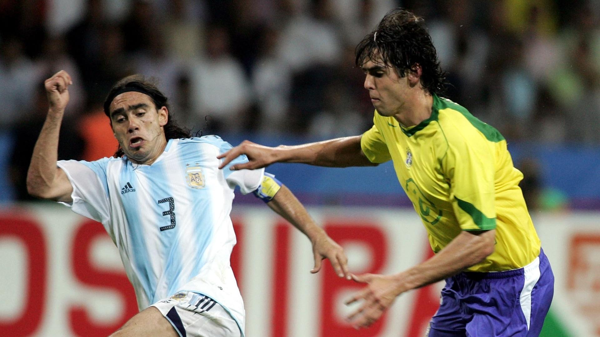 Kaka e Sorin disputam jogada durante a Copa das Confederações de 2005