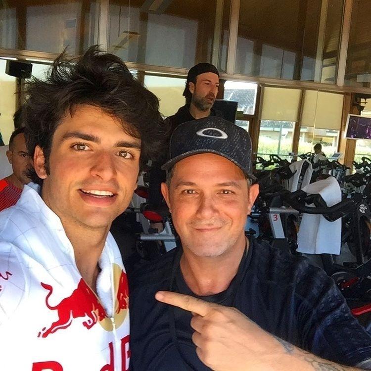 Carlos Sainz encontrou o cantor Alejandro Sanz quando se preparava para a temporada 2017