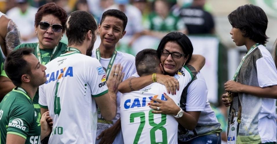 Os jogadores da Chape abraçam os parentes das vítimas da queda do avião