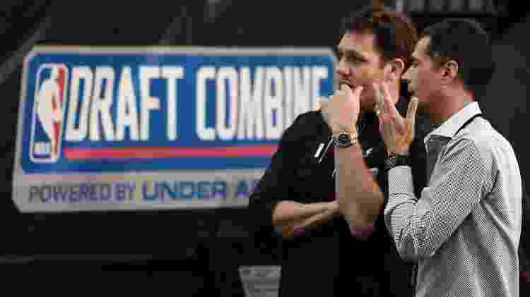 Luke Walton, técnico do Los Angeles Lakers, conversa com Rob Pelinka, GM da franquia - Stacy Revere/Getty Images/AFP - Stacy Revere/Getty Images/AFP