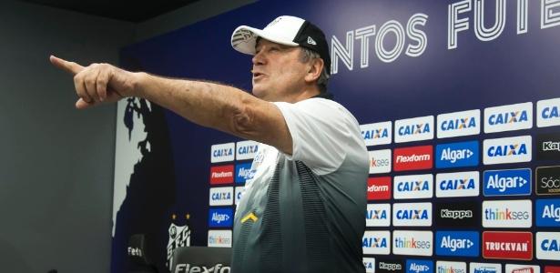 Levir Culpi tem postura diferente de seu antecessor, Dorival Júnior, na Vila Belmiro