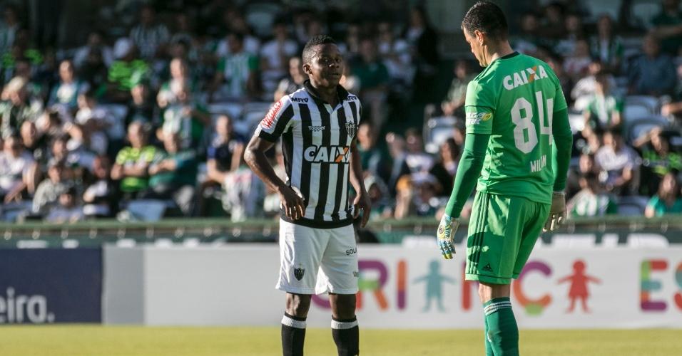 Wilson, do Coritiba, tenta desconcentrar Cazares, do Atlético-MG, antes de cobrança de pênalti