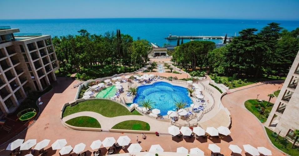 O Swissôtel Resort Sochi Kamelia é o hotel que vai abrigar a seleção brasileira durante a Copa do Mundo de 2018, na Rússia. O estabelecimento cinco estrelas fica em um parque natural no Mar Negro, à beira de uma praia privativa, e conta com 203 quartos, piscina, spa, academia e restaurantes. Uma diária custa cerca de US$ 144 (R$ 454). Confira fotos do local: