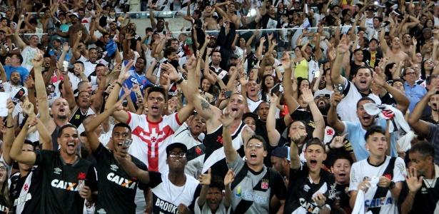 Torcida do Vasco faz a festa no Maracanã no clássico com o Botafogo, pelo Brasileiro