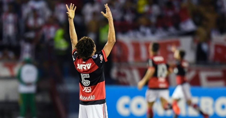 Willian Arão, do Flamengo, comemora gol de Felipe Vizeu sobre o Junior