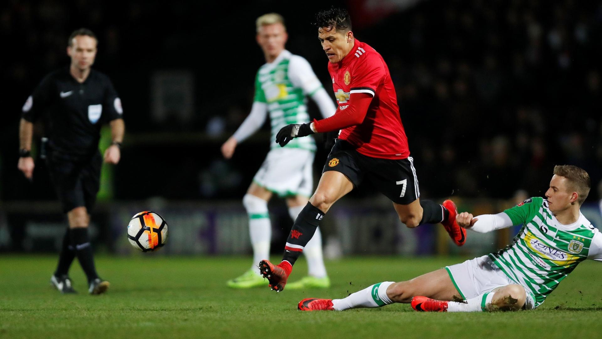 Alexis Sanchez passa por marcador do Yeovil Town em sua estreia pelo Manchester United
