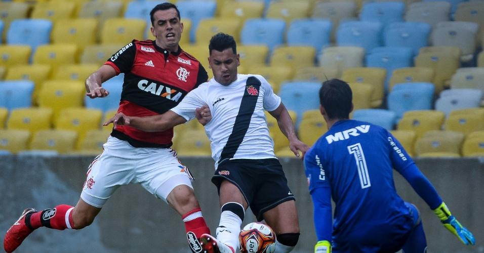 Rios ganha de Rhodolfo e chuta a bola em cima de César em Flamengo x Vasco