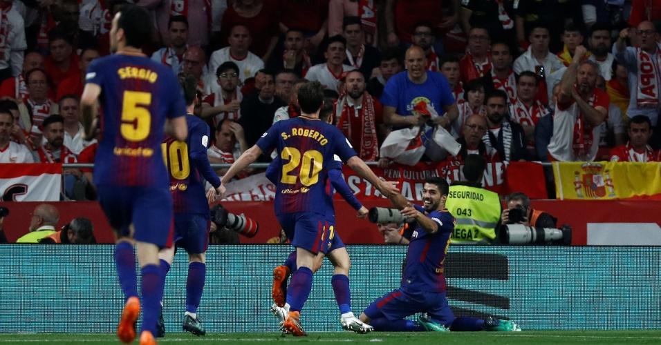 Luis Suárez comemora seu segundo gol, o terceiro do Barcelona, na final da Copa do Rei contra o Sevilla.