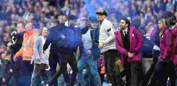 Torcedores invadem o gramado para comemorarem o título do Manchester City - Paul ELLIS/AFP PHOTO - Paul ELLIS/AFP PHOTO