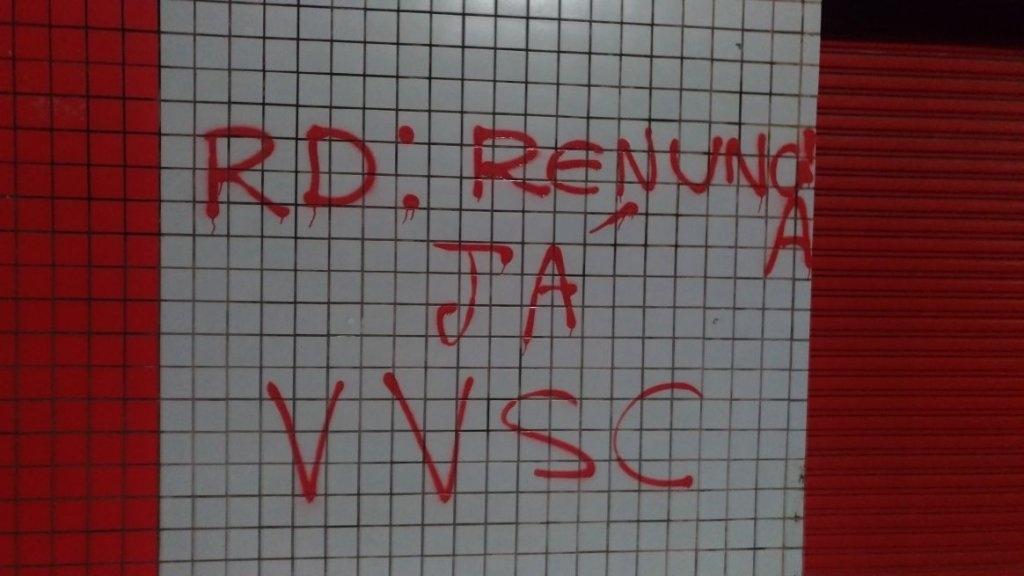 Torcedores do Vitória picham muro do Barradão e pedem renúncia do presidente Ricardo David