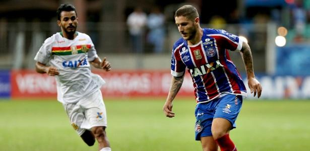 Zé Rafael em ação pelo Bahia durante jogo contra o Sampaio Corrêa