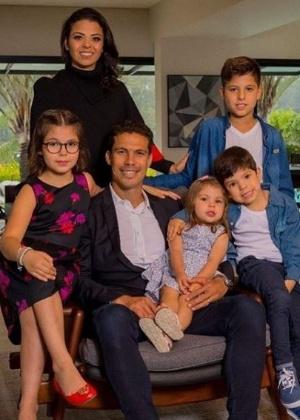 Hernanes posa com a família: casamento chegou ao fim