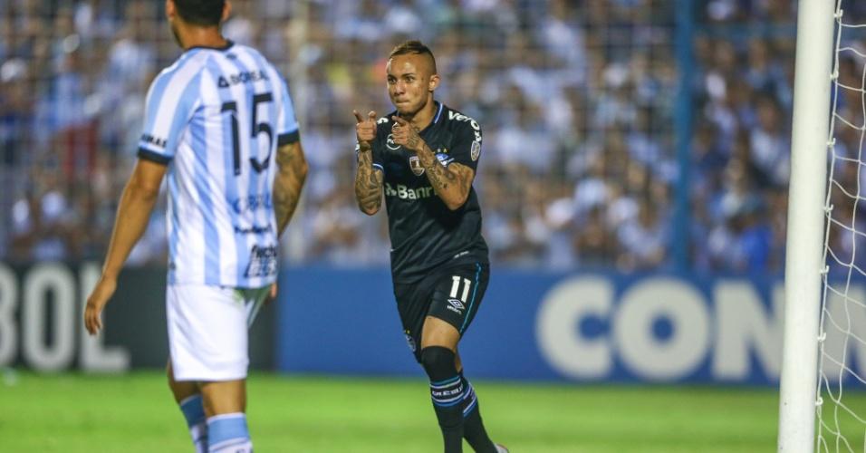 Everton comemora segundo gol do Grêmio contra o Atlético Tucumán pela Libertadores