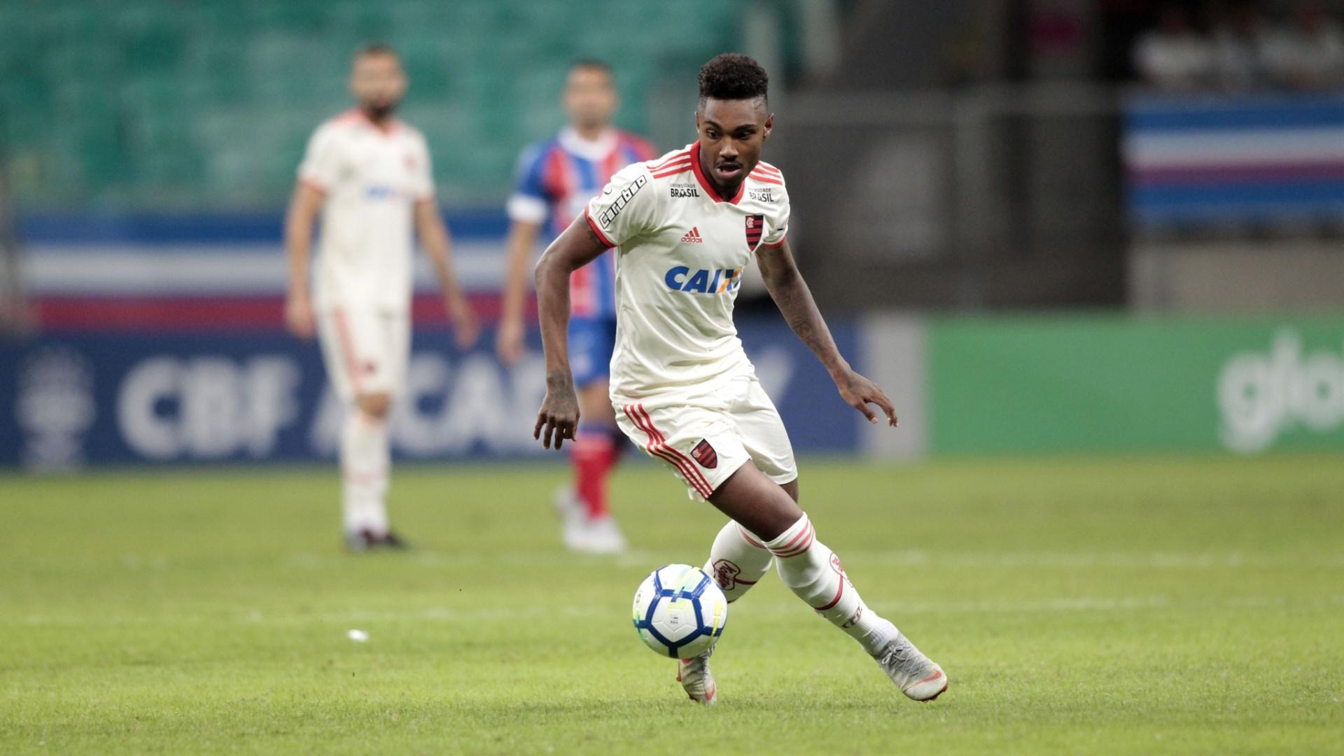 O atacante Vitinho em lance da partida entre Bahia e Flamengo, pelo Brasileirão