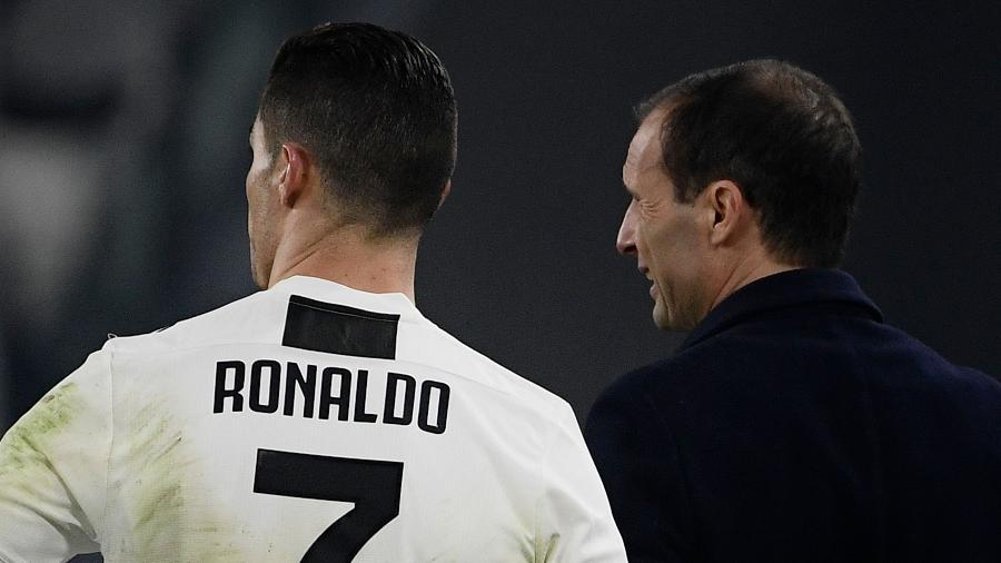 Cristiano Ronaldo conversa com Allegri, técnico da Juventus - Filippo Monteforte/AFP