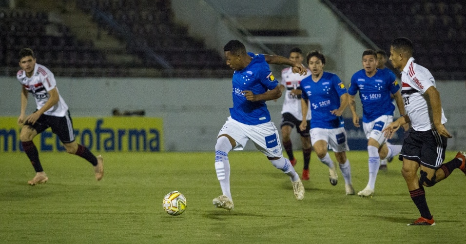 Jogador do Cruzeiro carrega bola durante jogo contra o São Paulo ddef0236095cf
