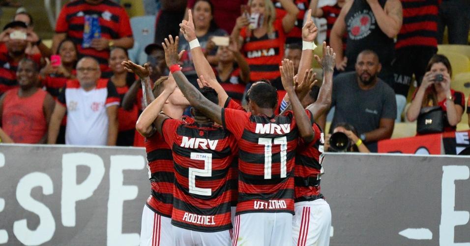 Jogadores do Flamengo comemoram gol de Henrique Dourado sobre o Boavista-RJ