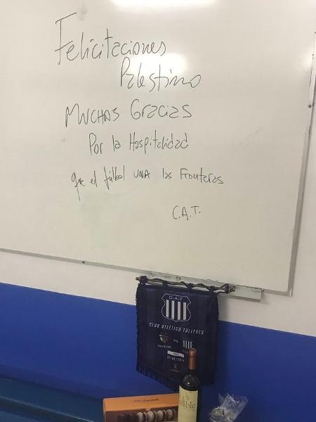 Delegação do Talleres deixa presentes para o Palestino após eliminação na Libertadores - @CDPalestinoSADP/Twitter