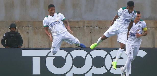 """Jogadores da Cabofriense comemoram com a já famosa """"sarrada no ar"""": time quebrou a invencibilidade do Vasco - Gilson Borba/Estadão Conteúdo"""