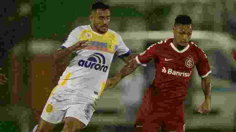 Alan Ruschel (esq.) disputou seis partidas do atual Campeonato Brasileiro pela Chape - Matheus Sebenello/Agif