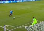 """Suárez pede """"mão"""" de goleiro chileno na área, e web não perdoa - Divulgação"""