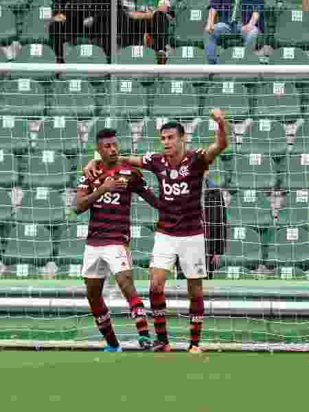 jogadores do Flamengo comemoram gol com jogadores do seu time durante partida contra a Chapecoense no estadio Arena Conda pelo campeonato Brasileiro - Renato Padilha/AGIF