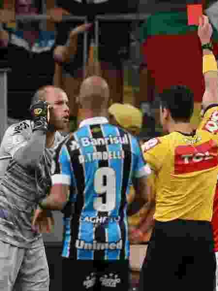 Marcelo Lomba é expulso após acertar Luciano com o jogo paralisado - Diego Vara/Reuters