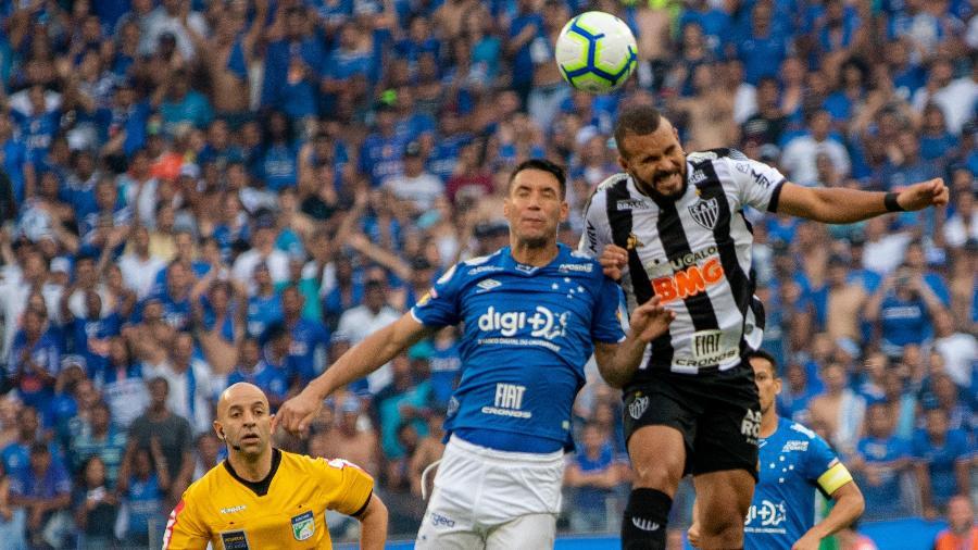 Após o 0 a 0 dentro de campo, torcedores protagonizaram cenas de violências nas arquibancadas do Mineirão - Alessandra Torres/AGIF
