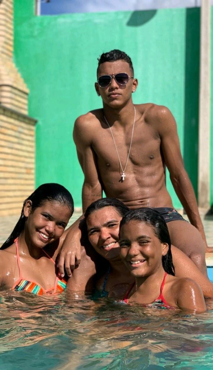 Gabriel Veron, do Palmeiras, com a mãe e as irmãs