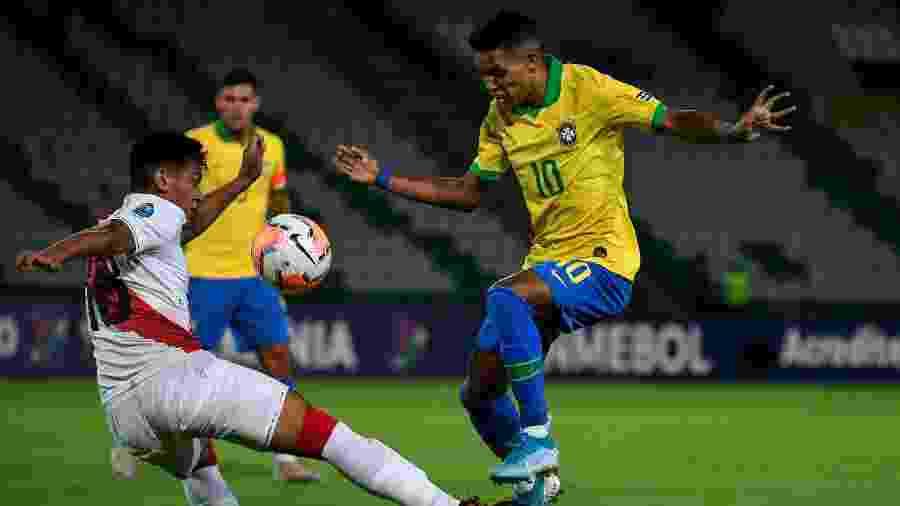 Pedrinho tenta escapar da marcação do peruano José Rivera em jogo pelo Pré-Olímpico na Colômbia - Juan BARRETO / AFP