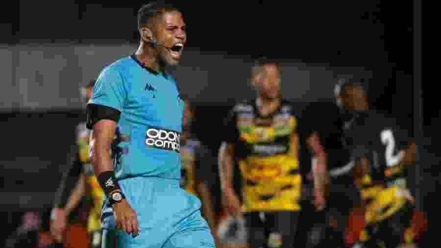 Árbitro Flavio Roberto Mineiro Ribeiro, durante partida entre São Paulo e Novorizontino - Marcello Zambrana/AGIF