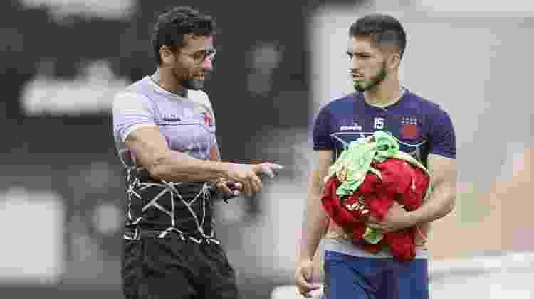 Alberto Valentim conversa com Andrey no tempo em que o treinador ainda comandava o Vasco - Rafael Ribeiro / Vasco - Rafael Ribeiro / Vasco